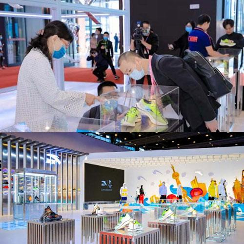 安踏运动品牌携手北京2022年冬奥会特许商品国旗款运动服装亮相晋江鞋博览