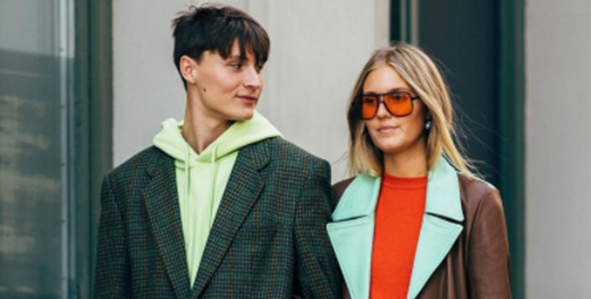 """她们都是精于""""玩色""""的时髦行家!2019春夏斯特哥尔摩时装周秀场外街拍第一波:缤纷亮眼,精彩穿搭不停歇!"""