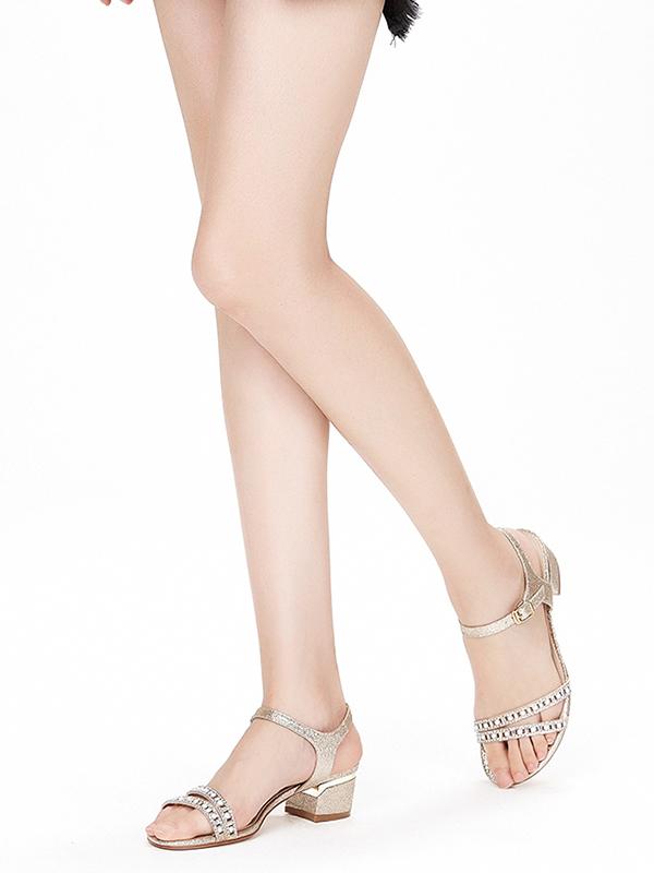達芙妮2018夏季新款亮片珍珠水鉆時尚一字扣優雅涼鞋女
